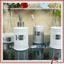 Accessoires de salle de bains en porcelaine