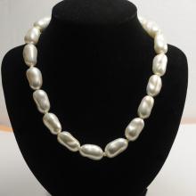 Collar de perlas barrocas blancas