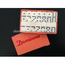 Petit ensemble de dominos en plastique imitation bois