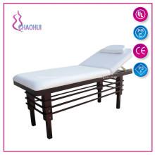 Деревянная кровать для лица используется в салоне красоты