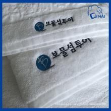 100% Cotton Yarn Embroidery Hotel Towel (QHS55090)