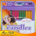 Caractéristique de flamme de couleur et anniversaire utilisent des bougies de gâteau d'anniversaire