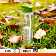 Venda a grosso 750ml Tritan Fruit Infuser Water Bottle com um grande infusor