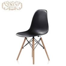 Style scandinave en gros pas cher style nordique jolie chaise en plastique salon noir PP chaise avec pieds en hêtre