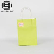 Twist maneja la bolsa de papel verde para ir de compras