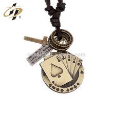 Colgante decorativo de encargo del metal del póker de la aleación cinc plateada plata antigua del regalo para la venta al por mayor