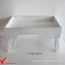 Blouson en détresse blanc desservant un plateau en bois avec des jambes