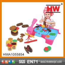 Los niños divertidos fingen el sistema de la pasta del juego de la barbacoa