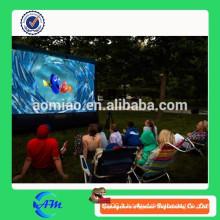 Famille ensemble regardant l'écran de cinéma à vendre