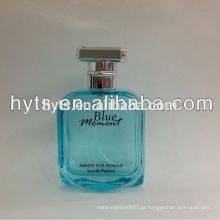 frasco de perfume azul da mulher do momento