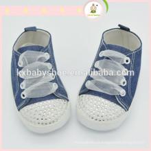 A segurança longa e confortável do projeto dura para o sapato do bebê