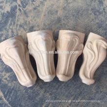 pés do armário de cinzeladura de madeira