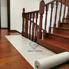 Klebender Holzbodenschutzteppich während des Baus