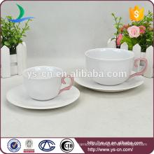 Moderna mano de color rosa elegante taza de cerámica y platillo