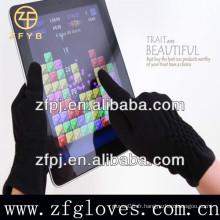Des femmes portant des gants à écran tactile fabriqués par Micro Velvet