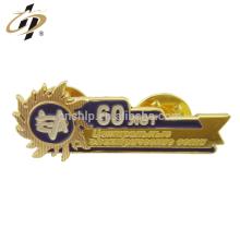 Benutzerdefinierte Gold gestanzte Emaille Metall Souvenir Pin Abzeichen