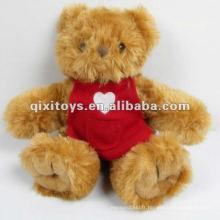 Adorable petit ours en peluche avec des vêtements