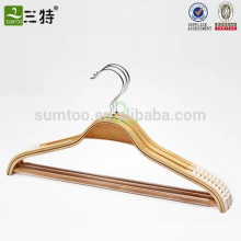Деревянная вешалка для одежды из ламинированной ткани с надрезом