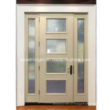 Puerta de entrada blanca con inserciones de vidrieras