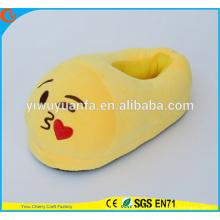 Hot Sell Novelty Design Kiss Expression Plush Emoji Slipper com salto