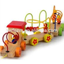 Pädagogisches Puzzlespiel, das hölzernen Spielzeugzug bördelt