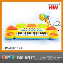 Электрическое пианино с микрофоном