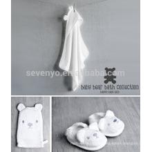 Baby White Bear Bad Geschenkset mit Kapuzenhandtuch, Waschlappen und Pantoffeln - Weiß, Gender Neutral Cute