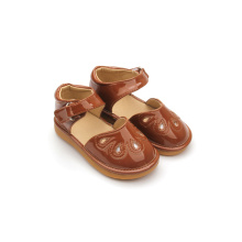 Ny design Bästa rabatt Brown Hollow Squeaky Shoes