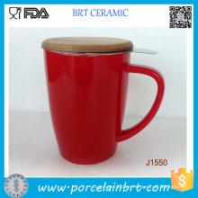 Taza de té de cerámica coloreada diferente con la tapa de bambú