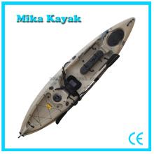 Los pescadores extremos pescan al por mayor Los profesionales se sientan en Kayak superior con los pedales