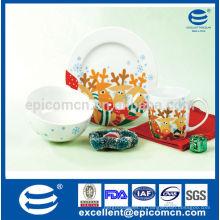 Os miúdos do Natal usam a louça de porcelana diária com decalque seguro
