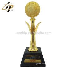 Artículos a granel de aleación de zinc de gran tamaño de los deportes de metal premio trofeo de oro con caja de regalo