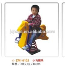Kinder reiten auf Spielzeug Schaukel Pferd-Hahn toy026