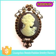 Broche de camafeo de oro vintage de metal cristalino al por mayor de China para vestido