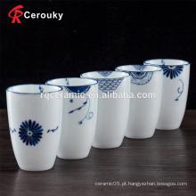 Copo de café novo cerâmico branco puro da porcelana de osso do projeto bonito com decalque azul
