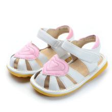 Sandálias brancas de bebê branco com coração rosa grande