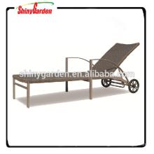 Im Freienfreizeit-Rattan-Weidenstrand-Sonnenruhesessel-Bett mit Rad
