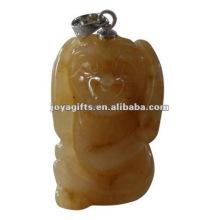 Высеченный в форме собаки кулон из авантюринового камня