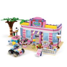 O Natal engraçado ajustou-se para o tamanho do bloco de construção do brinquedo da casa do tijolo dos miúdos
