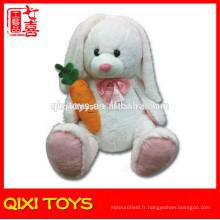 Lapin de Pâques en peluche blanc lapin en peluche avec des carottes