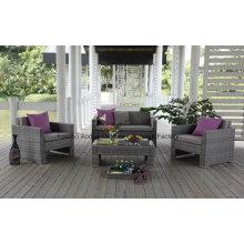 Sofa extérieur en osier de rotin de mode dans le jardin réglé