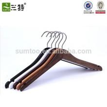 Fábrica de perchas en China Colgadores de madera personalizados