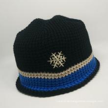 Kundenspezifische hochwertige gestrickte Mütze mit Schneeflockestickerei