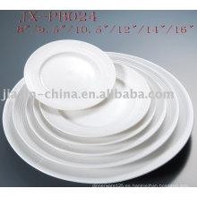 plato de cena redondo de porcelana blanca