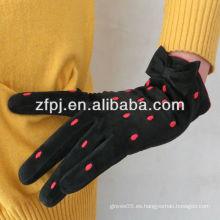 Las mejores señoras de la venta empanan los guantes de cuero del ante del cerdo en bulto