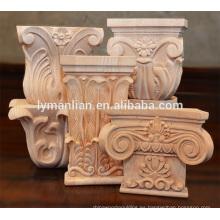 Decoración interior de capiteles de madera y capiteles de madera tallada.