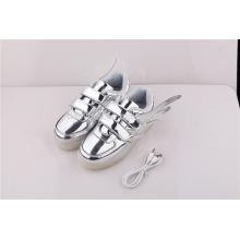Unisexe à prix bon marché modèle d'aile USB charge bas coupé argenté LED sport chaussures de sport pour enfants