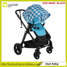 Plastikbaby-Spaziergängerbaby, Baby-Spaziergängerregenschirm, Kinderwagenbaby glücklich