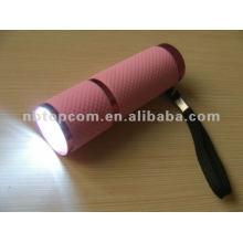 La lampe de poche LED 9 brille en noir