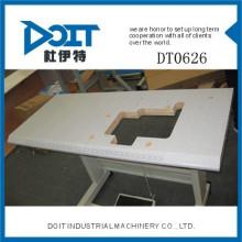 DT0626 sobre a mesa da máquina de costura borda com roda